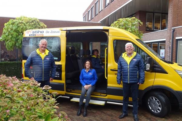 Stichting Liers Gevoel doneert winterjassen aan de Plusbus